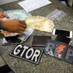 Gtor e RP apreendem drogas, dinheiro e arma de fogo com dois jovens em Caicó