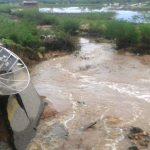 Estrada se rompe com o transbordamento de açude entre Jucurutu e São Rafael